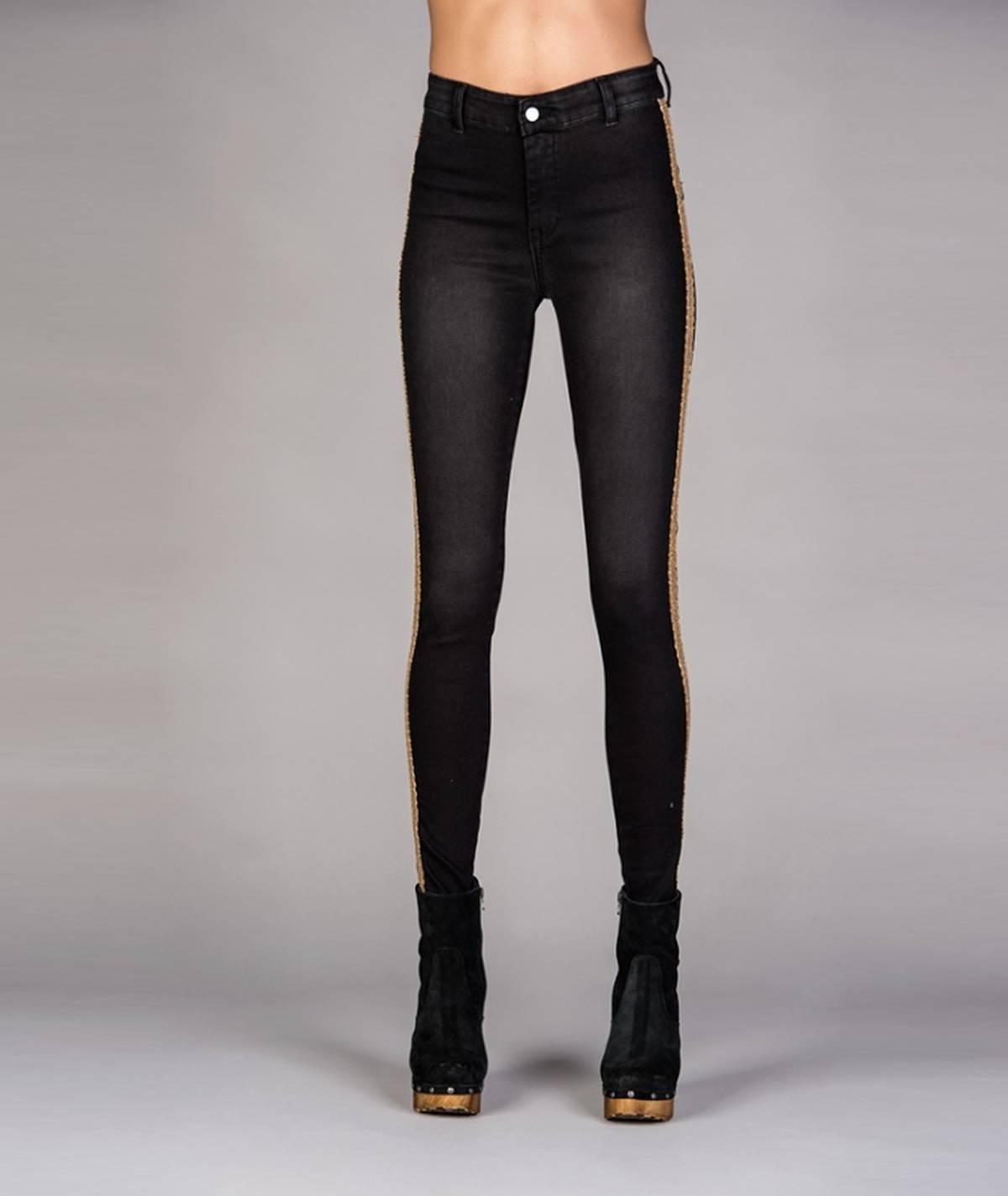 Calças pretas com aplicação...