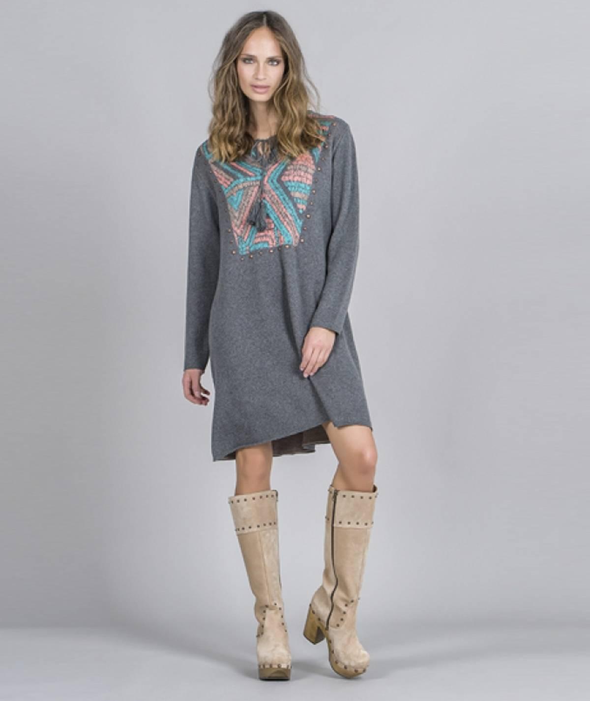 Vestido com decote tribal