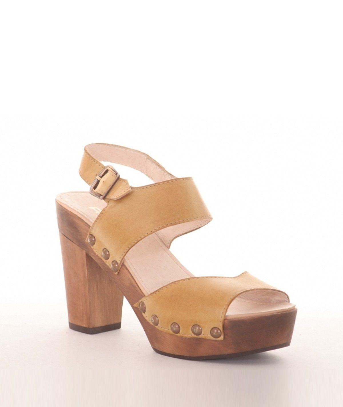 Sandálias com tacão