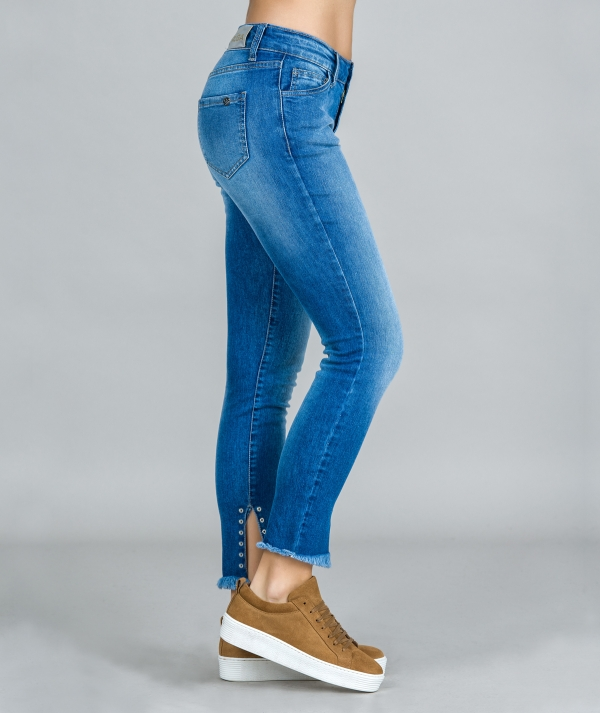 Jeans com ilhós