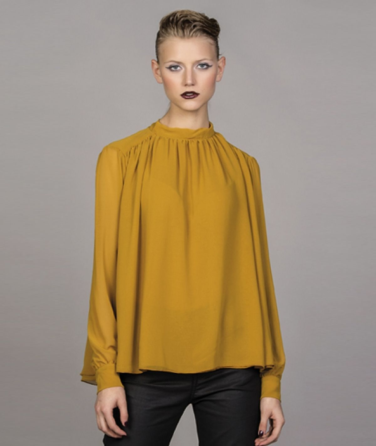 Blouse with bow in the back