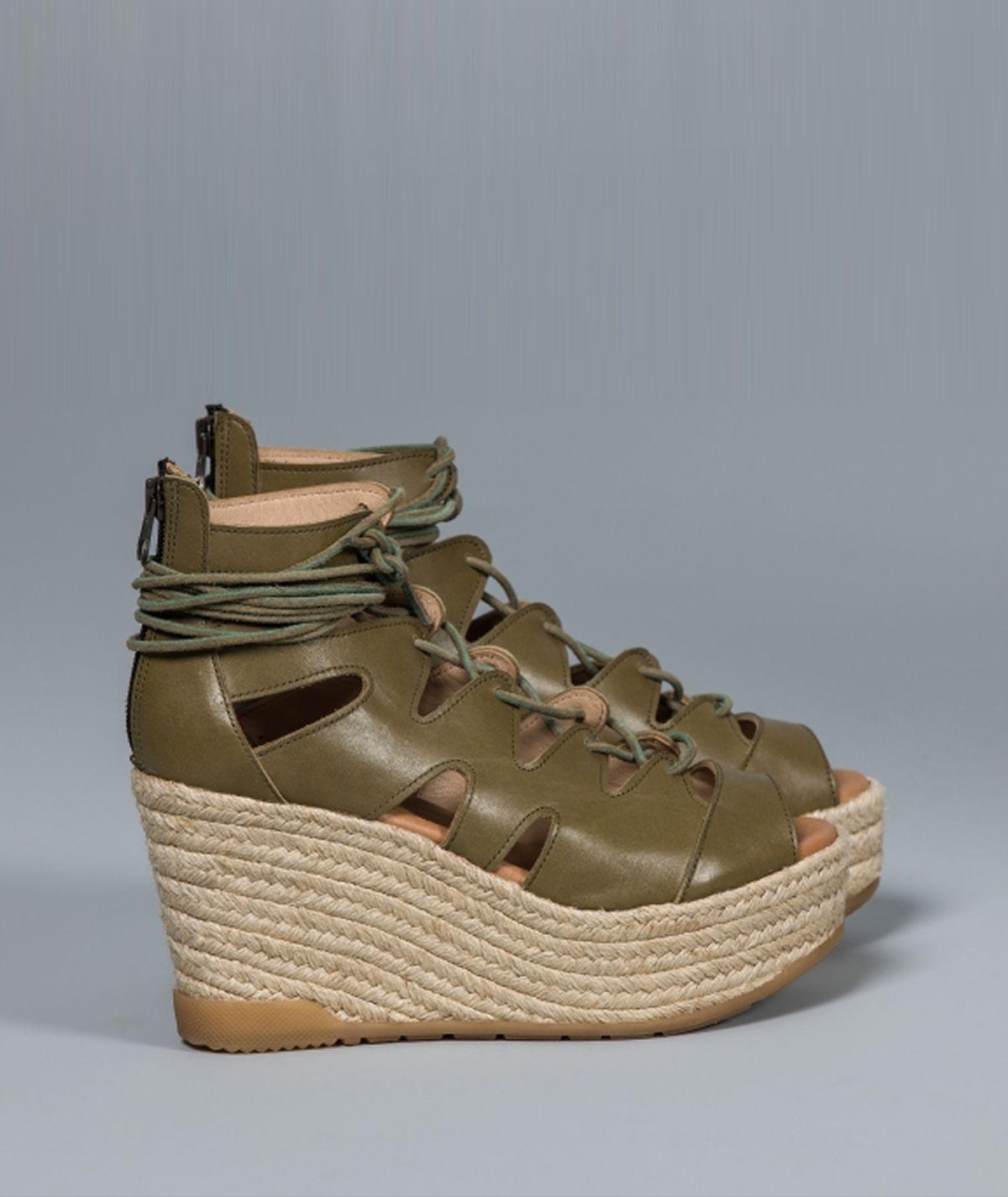 Sandália gladiadora de cunha