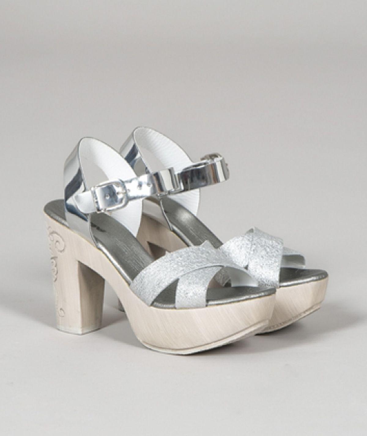 Sandália metálica de salto