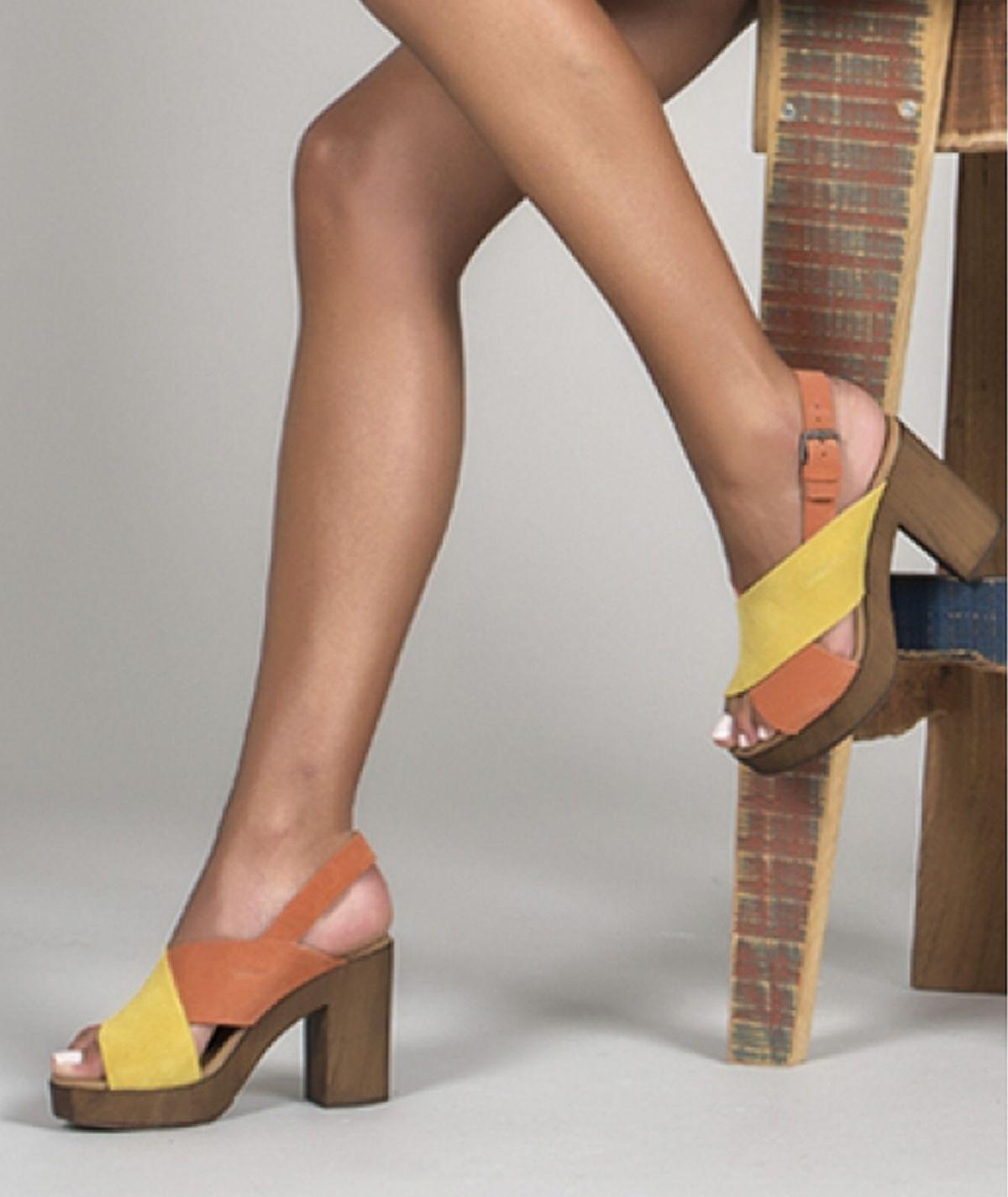 Sandália bicolor de salto