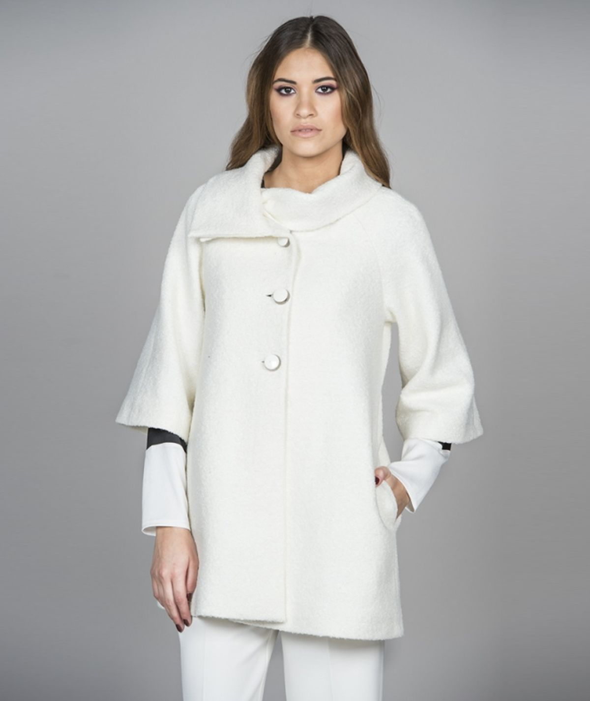Coat with buttons and collar
